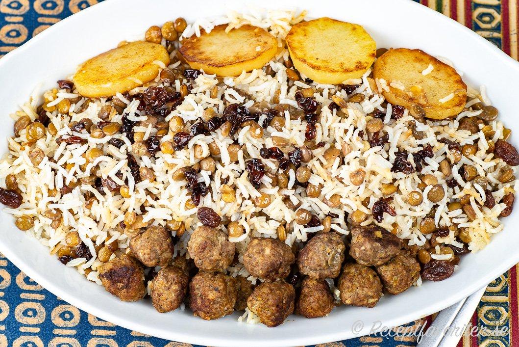En persisk variant på köttbullar serverade med ris på fat