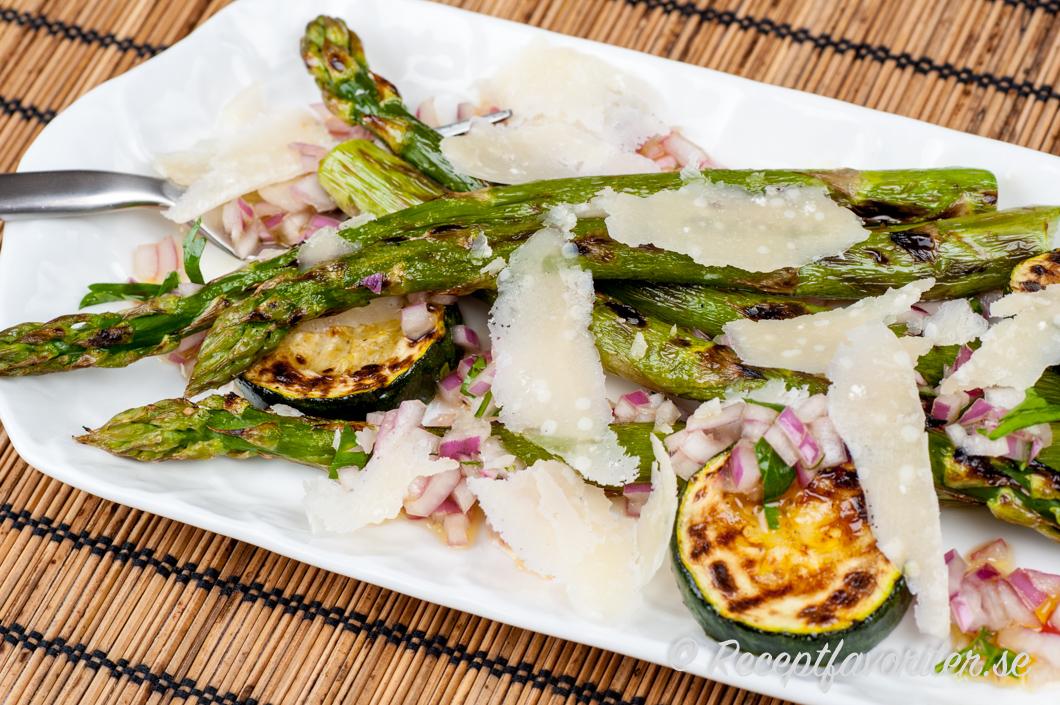 Grillad sparris med parmesan och citrondressing