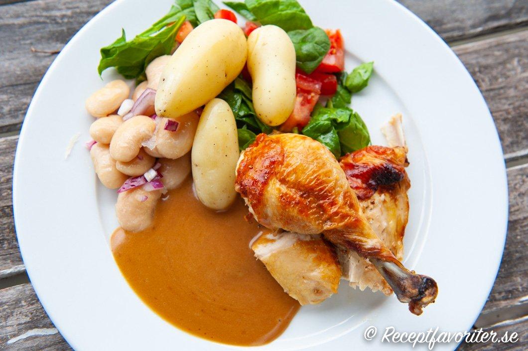 Grillad kyckling med tillbehör på tallrik