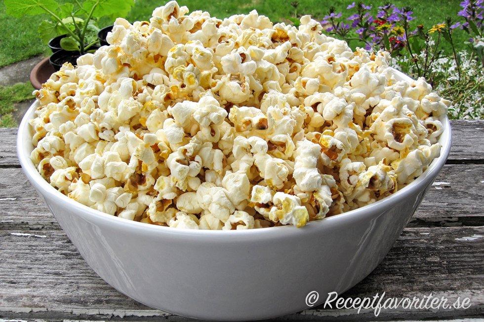 hur poppar man popcorn