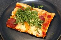 Hemgjord pizza i långpanna