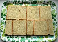 Första lagret bröd till smörgåstårtan