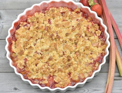 Smulpaj med rabarber och jordgubbar