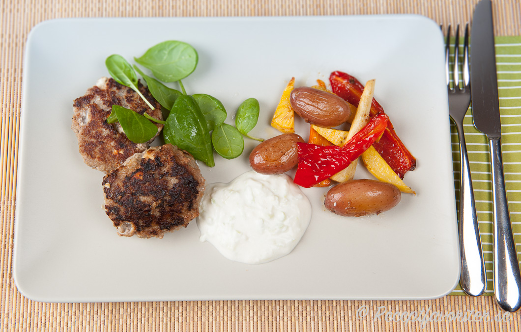 Pannbiff med basilika och tomat yoghurtsas