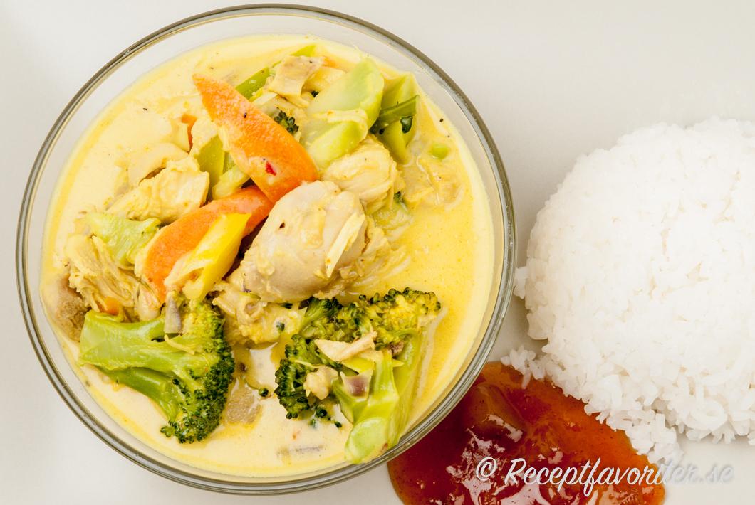 Helstekt kyckling med currysas och bulgur