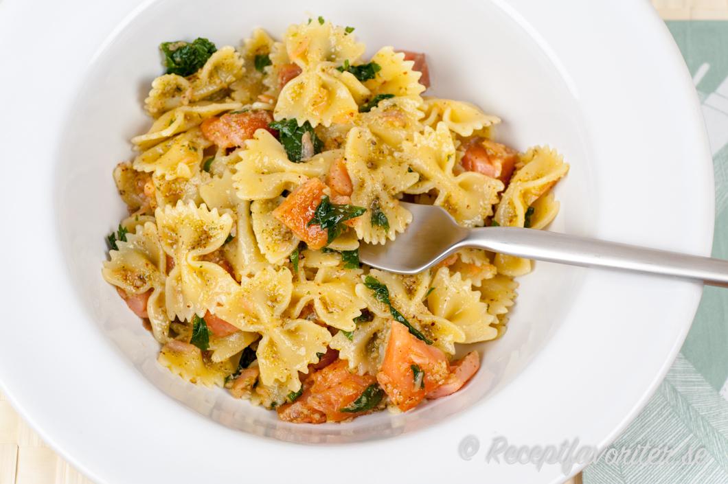 pasta med varmrökt lax