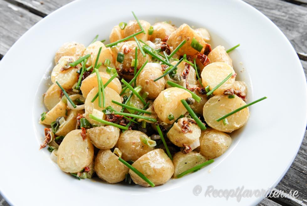 potatissallad med oliver och soltorkade tomater