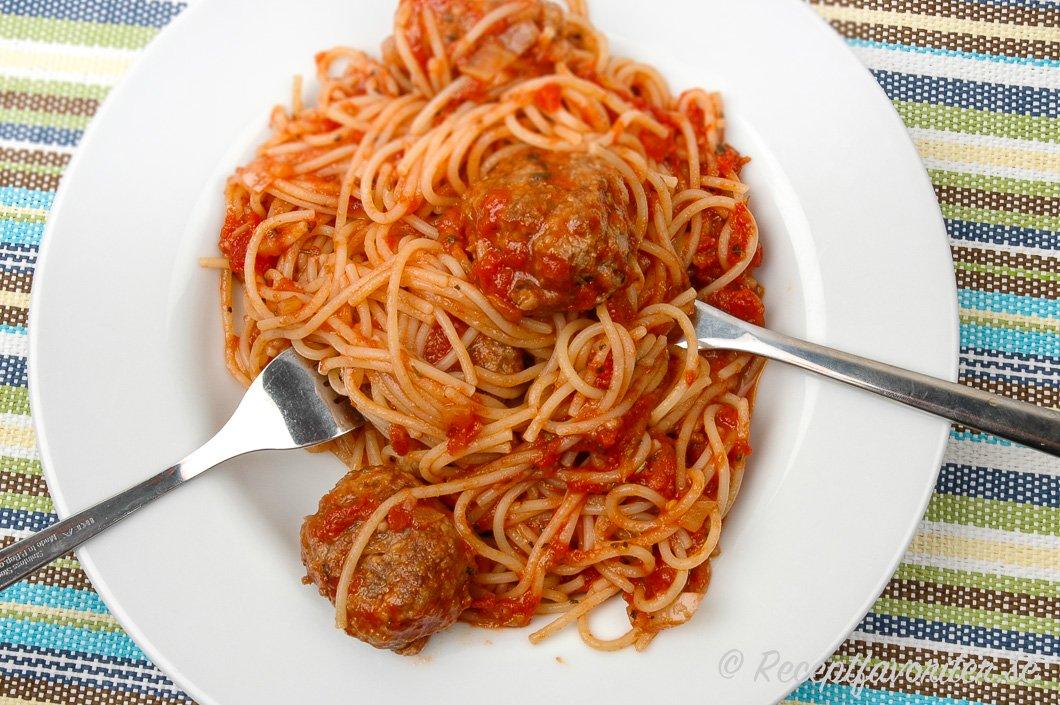 köttbullar med tomatsås och pasta