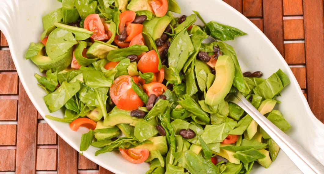 Grönsallad med avokado och bönor