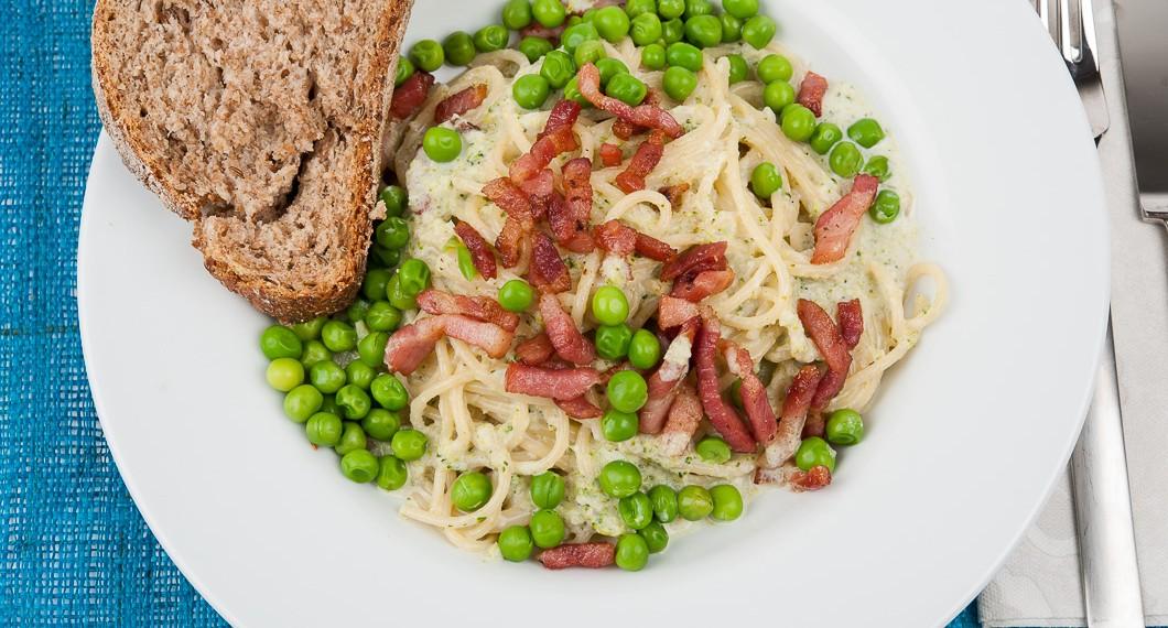 Italian Green Spagetti med bacon och ärtor i broccolisås