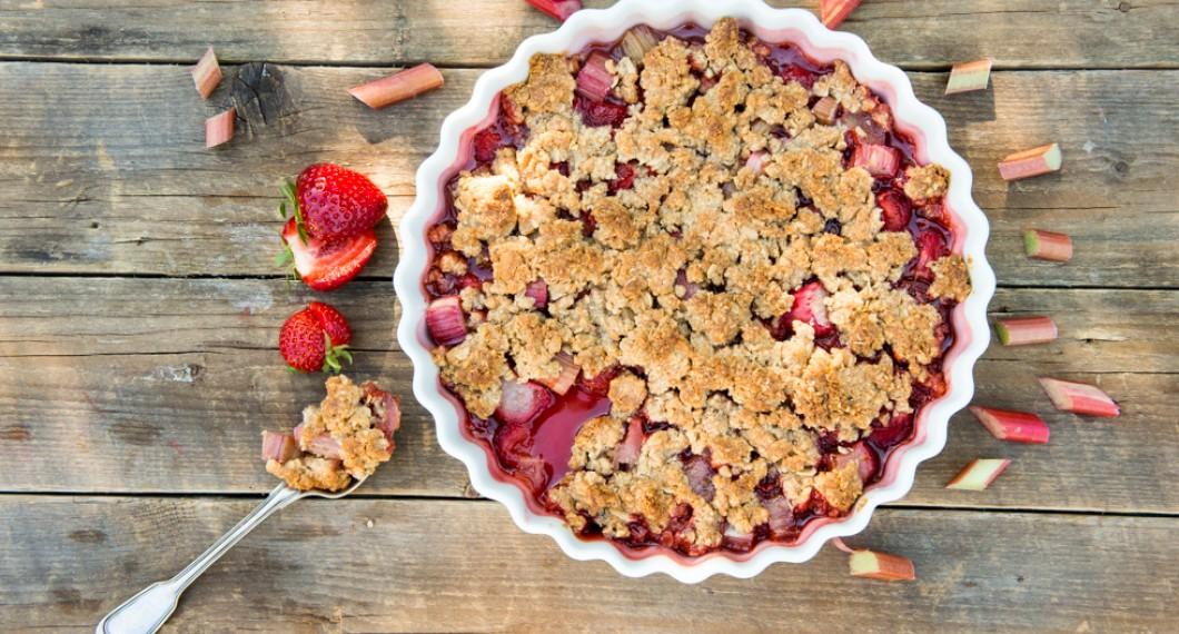 Smulpaj med rabarber, jordgubbar och jordnötter