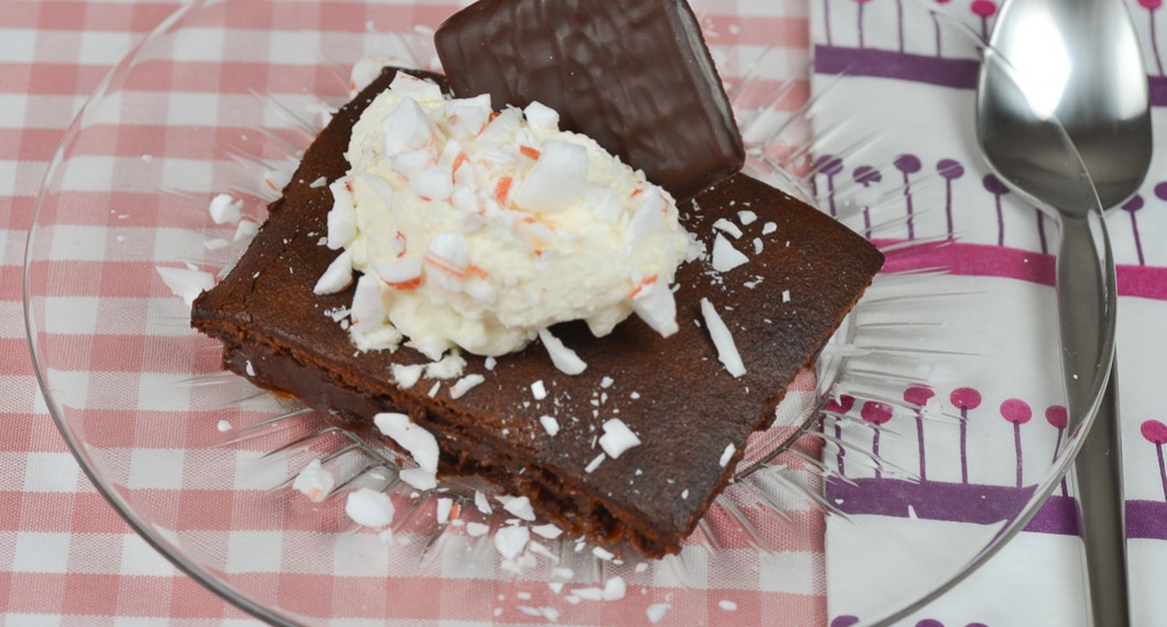 Kladdkaka med After Eight mintchoklad toppad med en klick vispad grädde, krossat polkagodis och en After Eight.