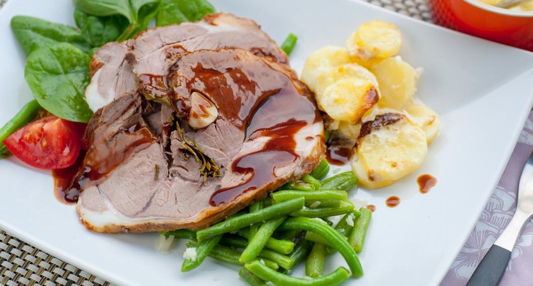 Lammstek med potatisgratäng och rödvinssås