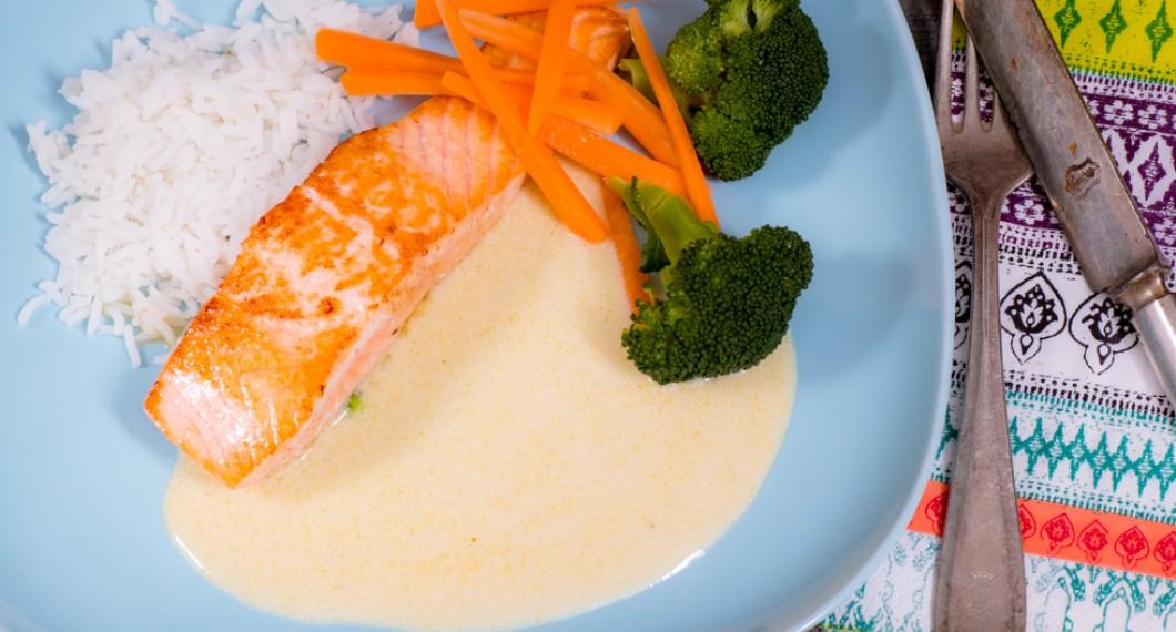 Grillad, stekt eller ugnsbakad laxfilé med Champagnesås, broccolibuketter och morötter. Lägglagad lax med lyxig sås samt lite fina färger till.