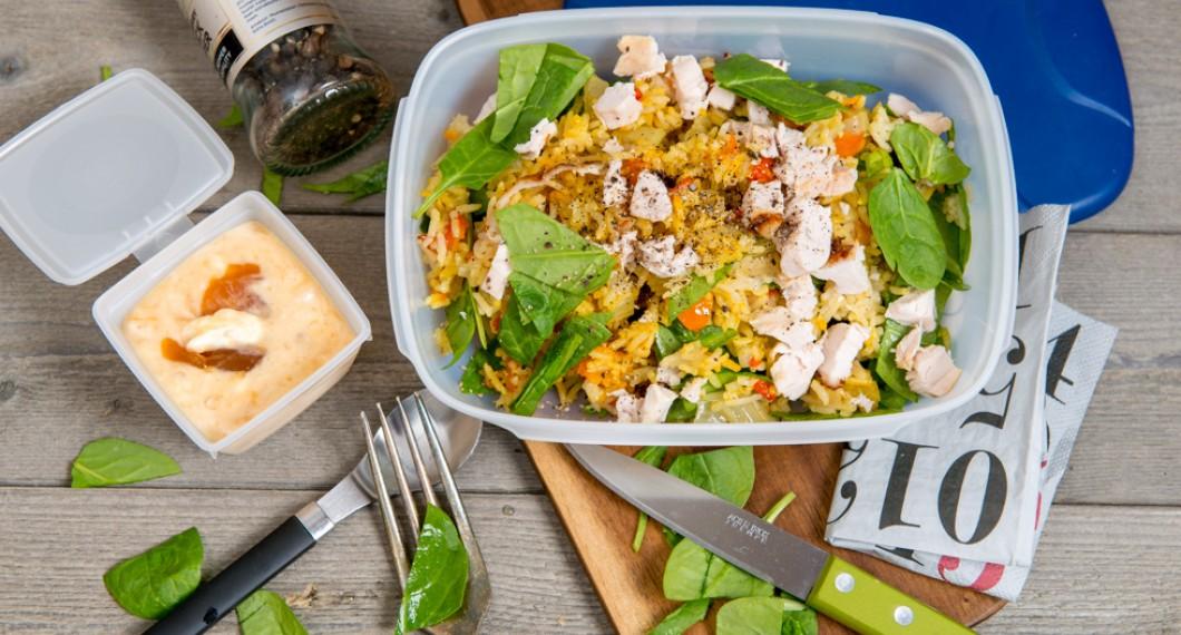 Lunchlåda eller matlåda med pilaffris och kyckling