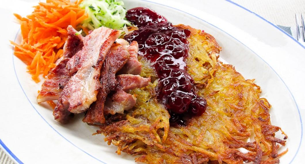 Rårakor är riven stekt potatis som vanligtvis serveras med stekt fläsk och lingonsylt.