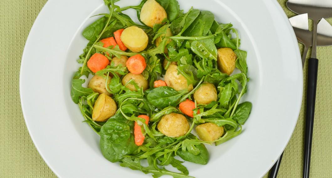Sallad - här ruccola och babyspenat - med rostade morötter och färskpotatis. Gott som tillbehör till det mesta.