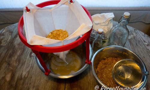 Äppelblandningen silas sedan och kvar får du äppeljuice som du tillsätter äppelsocker så det blir saft.