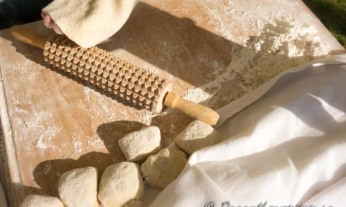 Kavla ut ett bröd i taget med en mönstrad kavel.