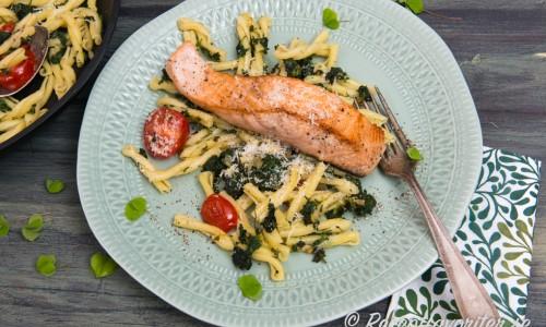 En variant är att steka eller grilla en bit laxfilé och toppa pastan med