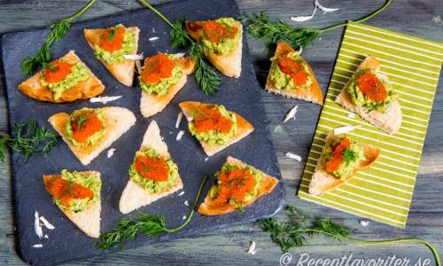 Snittar med avokado mosad med pepparrot och dill toppad med rom eller kaviar.