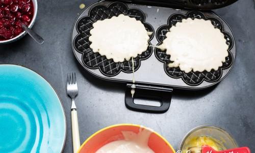 Våfflorna gräddas som vanligt i våffeljärn. Smörj laggen med lite mjukt mjölkfritt margarin.