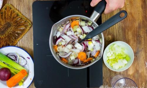Kokt 1-2-3 ättikslag med grönsaker i kastrull