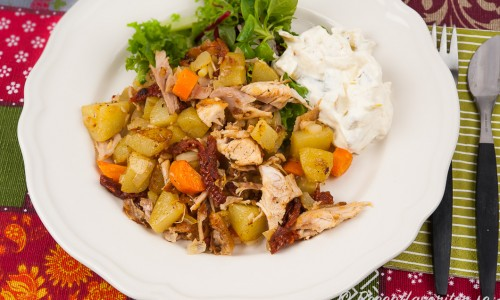 Pytt i panna med kyckling. Här med en äppelröra och grönsallad.