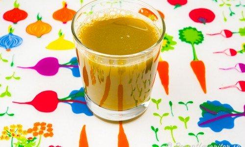 Sellerijuice i glas mixad med råsaftcentrifug