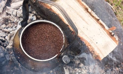 Koka upp vatten i en kaffekanna och lägg i tre nävar kokkaffe per lite vatten.