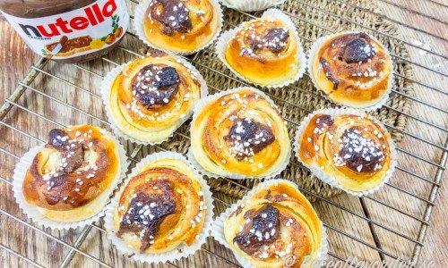 Nutellabullar - bullar eller snäckor toppade med en klick Nutella hasselnötscrème