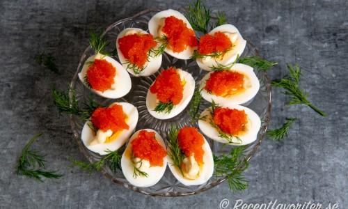 Ägghalvor toppade med majonnäs och kaviar på fat.