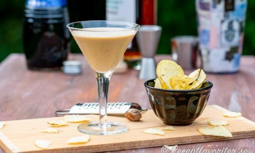 Brandy Alexander serverad i cocktailglas med lantchips till.