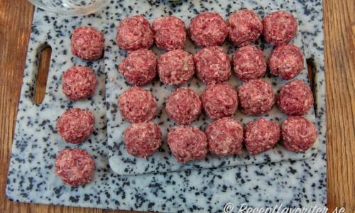 Viltfärsen blandas och rullas till köttbullar.