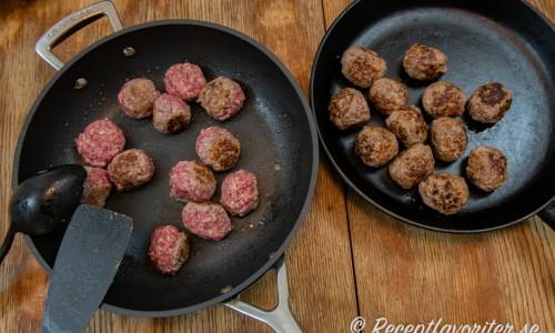 Stek en omgång köttbullar i taget och lägg över i en annan panna.