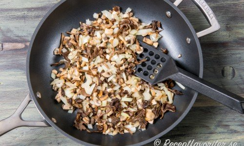 Fräs först svamp och lök.