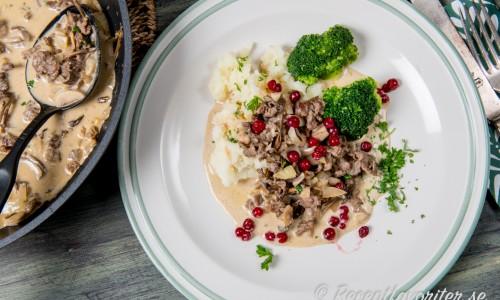Servera med älgskaven med valfria tillbehör ex. potatis, lingon och broccoli.