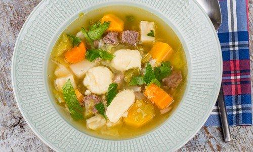 Älgsoppa med klimp serverad i tallrik