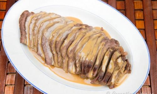 Skär upp älgsteken mot köttfibrerna och nappera/slå över lite sås vid servering. Lite grönt som hackad persilja kan man också strö över.