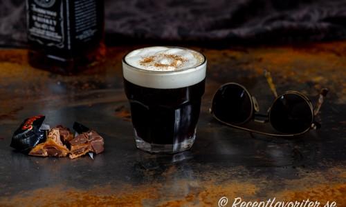 Kaffe Bourbon i glas med lättvispad grädde