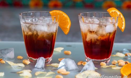 Två Americano drinkar garnerade med apelsin
