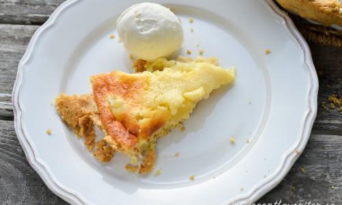 Du kan laga ananaspajen med burkananas eller färsk ananas som blir lite lyxigare.