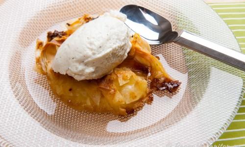 Ananaspaj med filodeg, farinsocker och smör.