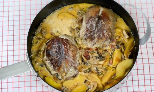 Andbrösten tillagas i en ugnsfast panna med höga kanter eller stekgryta.