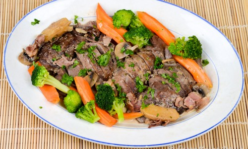 Ett förslag att servera är att lägga upp gryta på fat, skiva köttet och lägga ovanpå samt garnera med kokta grönsaker och hackad persilja.