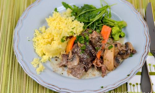 Gott till andbrösten är pressad potatis, kokta grönsaker samt grönsallad. Gelé, lingon och inlagd gurka passar till också.