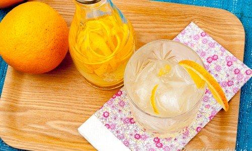 Apelsinlikör kan du servera som en läskande drink med massor av isbitar.