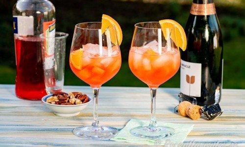 Cava Aperol med is i vinglas garnerade med apelsin
