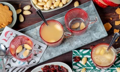 Äppelglögg med mandlar och tillbehör