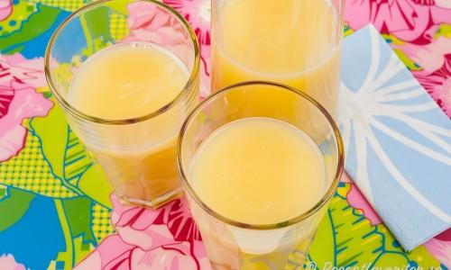 Hemgjord äppeljuice eller äppelmust i kanna och glas